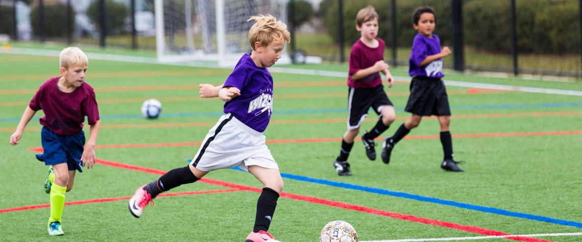 Сын играет в футбол
